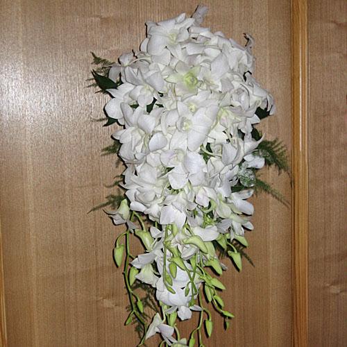 Роскошный, изобильный букет, из кипельно-белых орхидей, повторяет форму капли